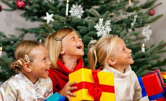 Сценарий новогоднего утренника 🎅 встаршей группе детского сада, интересный сценарий.